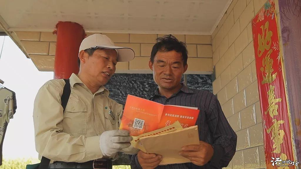 每次送信送报,他都将消防宣传资料一同送到渔民手中,并用通俗易懂的语言为大家讲解消防安全知识,被大伙亲 ...