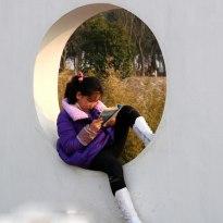 認真讀書的小女孩