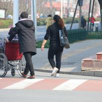 推著輪椅,一家人曬曬太陽